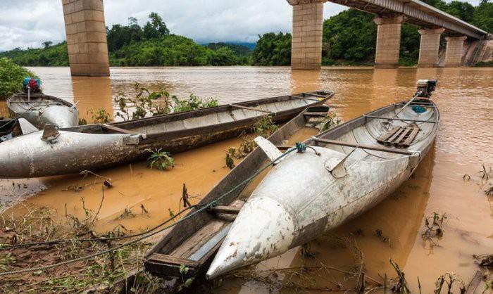 Лаосские неразорвавшиеся бомбы в быту жителей Лаоса (11 фото)