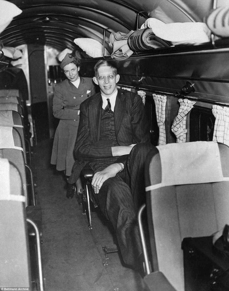 Как-то он летел самолетом из Нью-Йорка для участия в радиопрограмме. Чтобы он смог нормально разместить ноги, один ряд кресел пришлось убрать акромегалия, великан, опухоль, рекорд, рекорд гиннесса, рекордсмен Гинесса, самый высокий, самый высокий человек