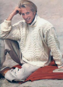 Белый пуловер с рельефными косами