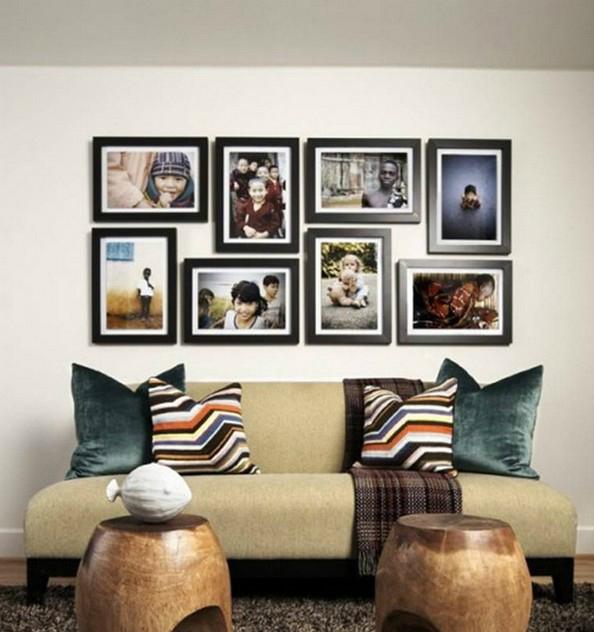 Использование фотографий в черных рамках в интерьере гостиной