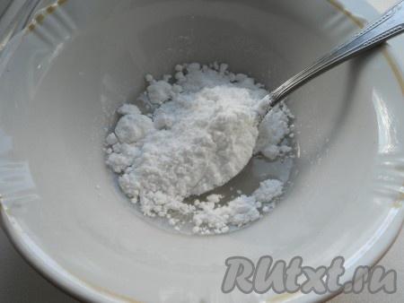Смазываем хорошо верх пирога (в молоке растворить сахар). Оставляем пирог в теплом месте на 20-30 минут. Выпекаем сдобный праздничный пирог в разогретой до 180 градусов духовке 25-35 минут (до румяности).Тем временем готовим помадку - смешиваем сахарную пудру с водой.