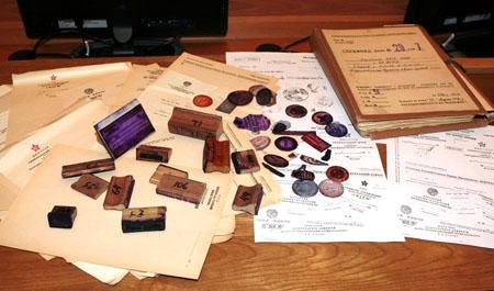 Поддельные оттиски, пустые бланки, атакже подлинные печати иштампы, которые использовались дляизготовления фальшивок