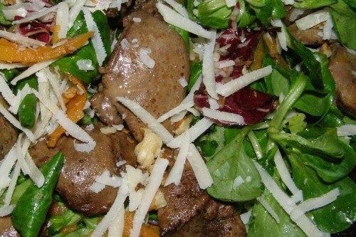 Салат с куриной печенью, ананасом и кедровыми орехами