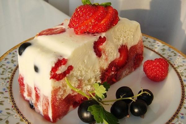 Сметанный десерт-желе с ягодами