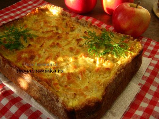 Открытый пирог с яблоками и луком.