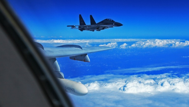 Высший пилотаж: Китайские лётчики поиздевались над самолётом ВВС США