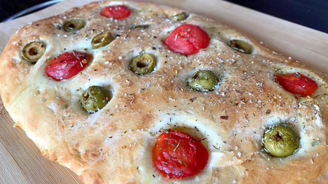 Фото к рецепту: Итальянская фокачча с травами