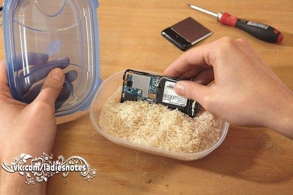 Уронили телефон в лужу, раковину или ещё хуже, туалет?