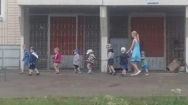 """Приучение к """"тюремным"""" прогулкам с детства воспитание, деньги, дети, детский сад, поборы, прикол, россия, юмор"""