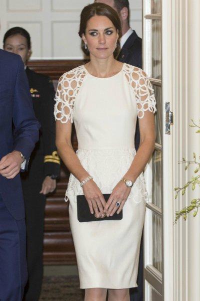 Кейт Миддлтон в белом свежа и прекрасна