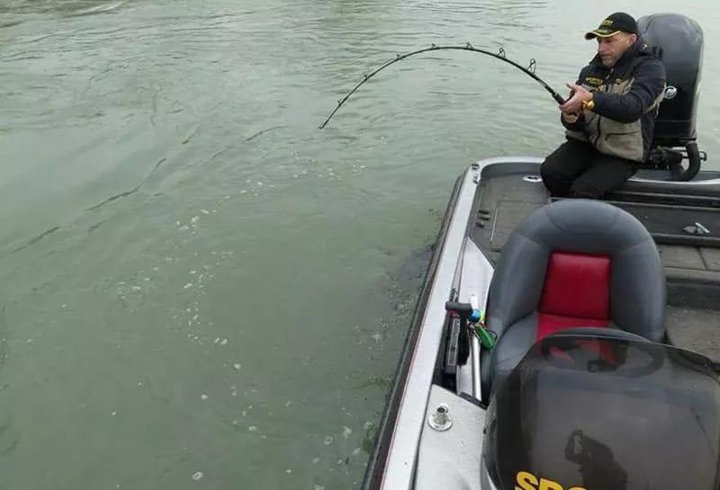 Этот рыбак поймал просто гигантскую рыбу…