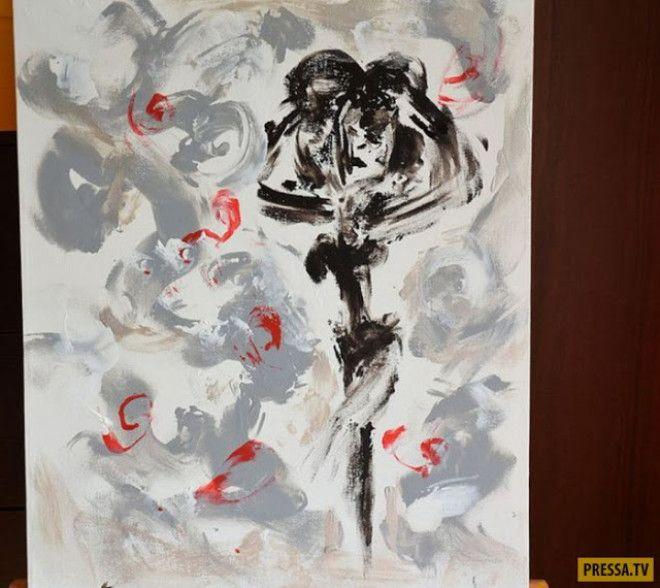 Красивая художница пишет картины своей грудью