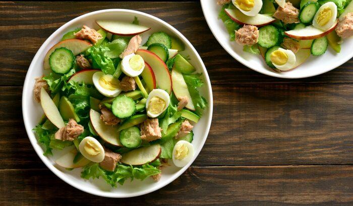 Лёгкий весенний салат из тунца с яблоками и авокадо.  Фото: yandex.ua.