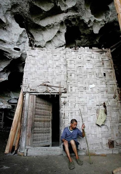 Хижины в пещерной деревне имеют простые плетенные из бамбука стены (Чжундун, Китай).   Фото: interesnyefakty.org.