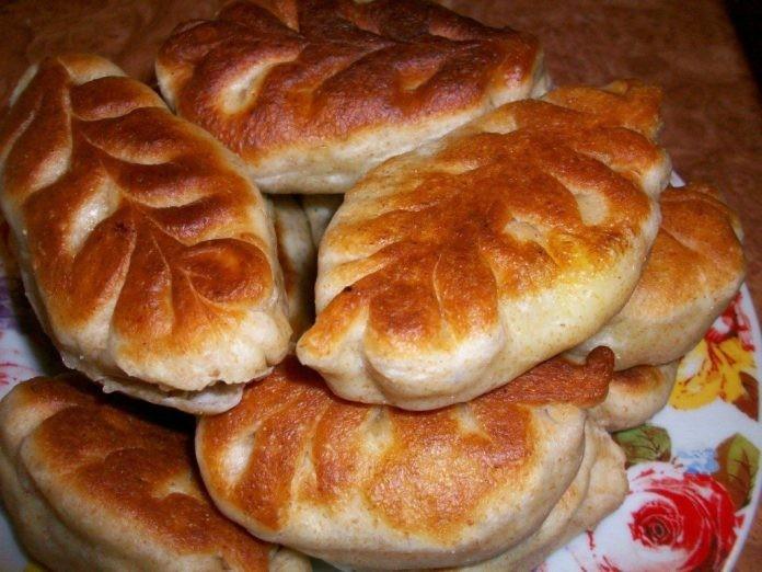 Пирожки получаются мягкие, вкусные и не черствеют 2-3 дня (если конечно доживут)