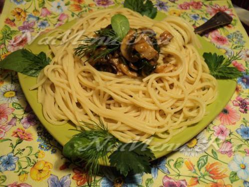 Спагетти с шампиньонами и зеленью