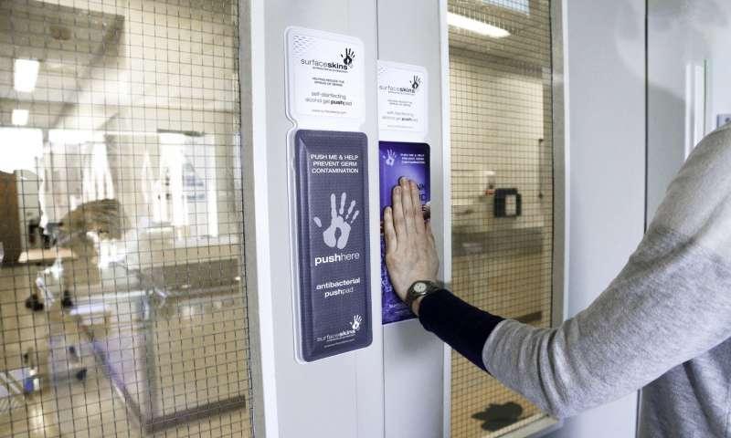 Разработана надверная кнопка для дезинфекции рук