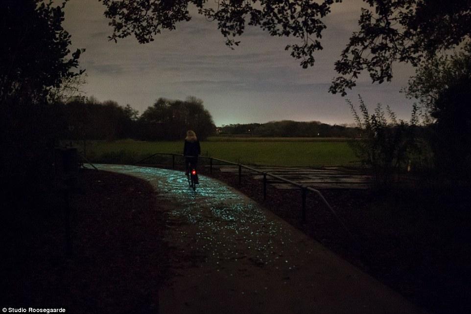 Светящаяся велодорожка d честь Винсента Ван Гога (Van Gogh–Roosergaarde Bicycle Path), Ейндховен, Нидерланды