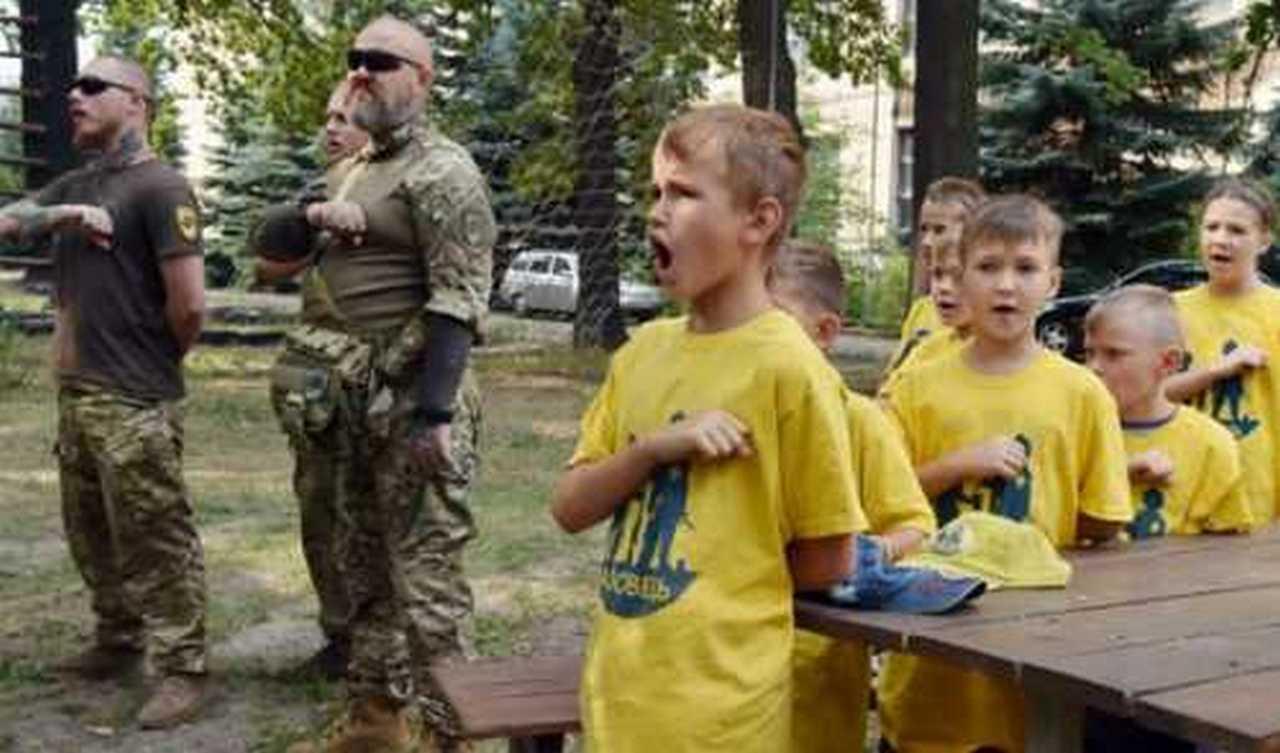 Школьная мода чудесная: как украинских детей готовят к войне с Россией