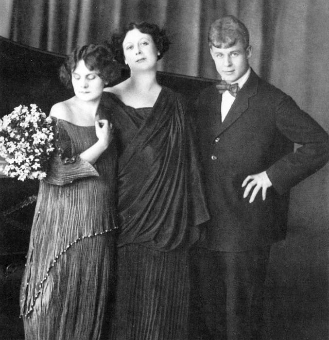 Айседора Дункан с Сергеем Есениным и приёмной дочерью Ирмой.