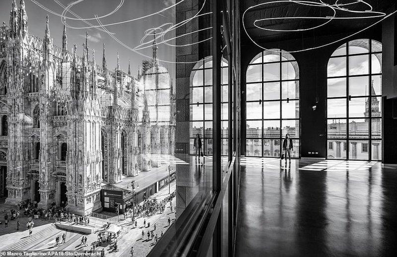 Вид на площадь Пьяцца дель Дуомо из Музея Новеченто, расположенного в здании Палаццо дель Аренгарио, Милан, Италия. Фотограф - Марко Таглиарино, категория