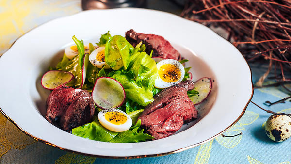 Легкий зеленый салат с ростбифом и перепелиным яйцом