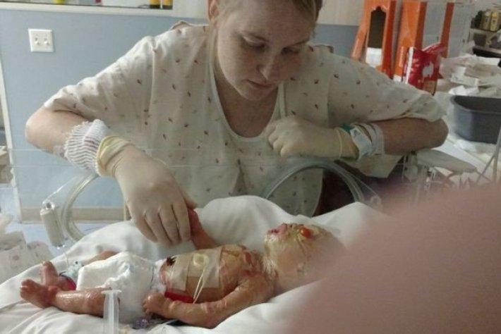 Девушка, отказавшаяся делать аборт, теперь вынуждена мыть сына отбеливателем