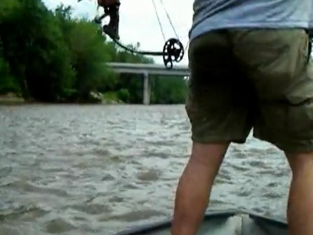 1159. Охота на толстолобика с луком на реке Иллинойс.