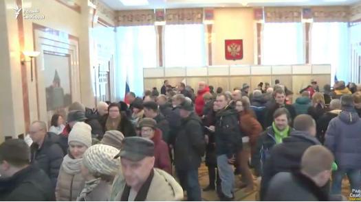 Они все за Путина!: призывавший к бойкоту оппозиционер шокирован опросом на избирательном участке