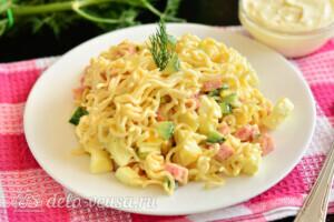 Салат из лапши быстрого приготовления с колбасой: фото к шагу 5