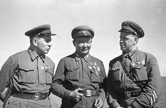 Командарм 2-го ранга Штерн, маршал Чойбалсан и комкор Жуков на командном пункте Хамар-Даба. 1939 год.