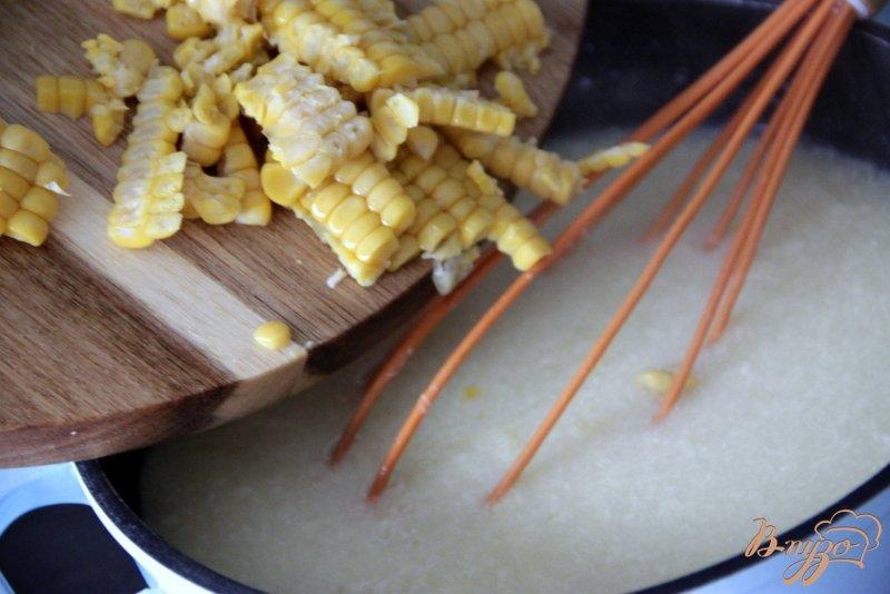 Фото приготовление рецепта: Яичный суп с кукурузой и сыром шаг №5