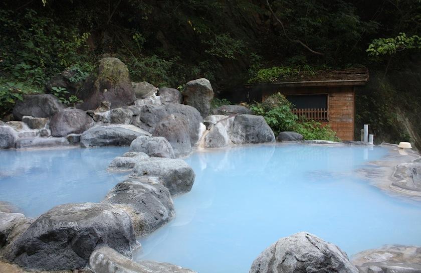 бассейн с голубой вулканической водой, Япония