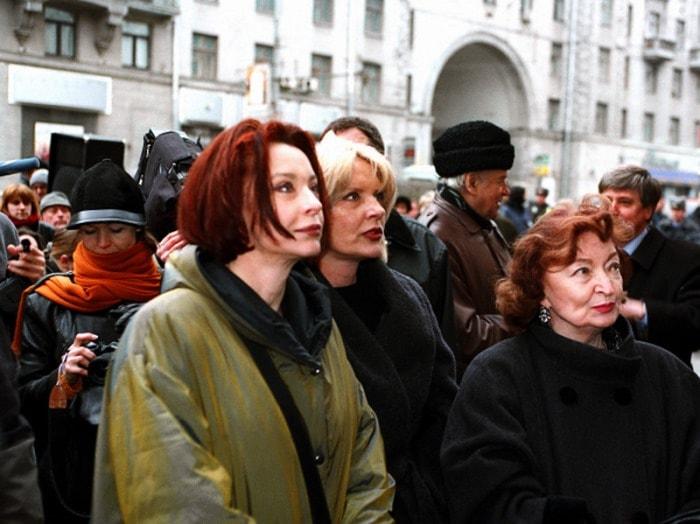Анастасия, Марианна и Лидия Вертинские на открытии мемориальной доски А. Вертинскому, 2002 | Фото: liveinternet.ru