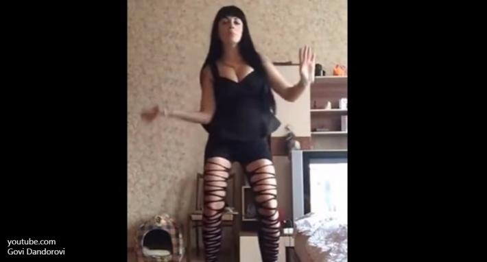 Эротический танец московского инспектора полиции вызвал жаркие споры в Сети