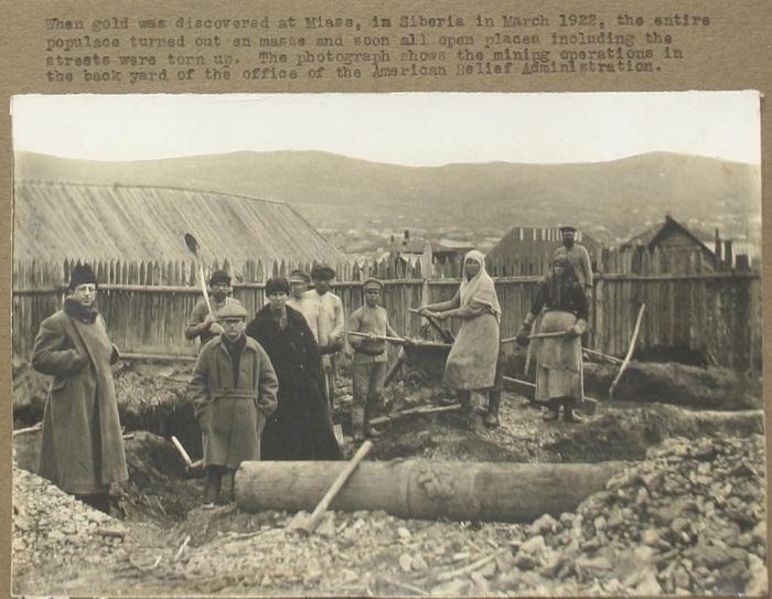 Во дворе Американской администрации помощи голодающим, 1922 год.