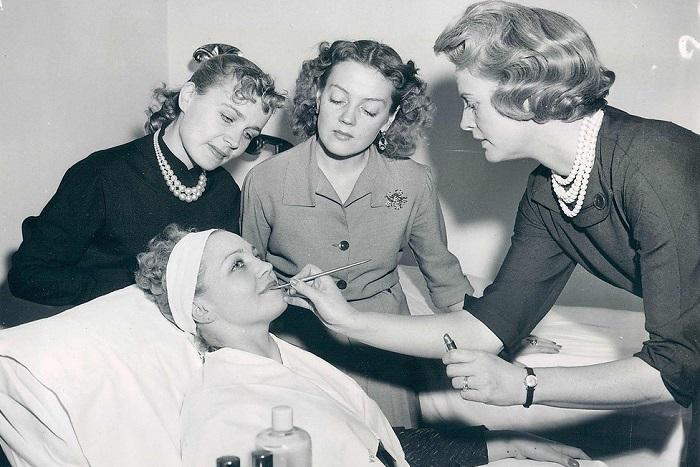 Элизабет Арден проводит сеанс макияжа для русской балерины, 1958 год.