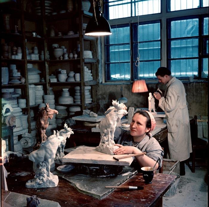 Трудоемкие работы в художественной мастерской. Москва, 1950-е годы. Фото: Semyon Osipovich Friedland.