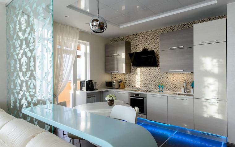 </p> <p>Автор проекта: Ирина Лимонова. </p> <p>Кроме ванных комнат мозаичные отделки активно применяются в кухонных зонах. Обычно ими отделывают рабочие поверхности - столешницы, части стен расположенные над столом - т.н. фартуки и пр. В данном проекте, авторы выложили мозаикой всю стену кухонной зоны, которая обращена в открытую гостиную.</p> <p>