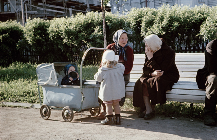 В одном из архангельских скверов. Архангельск, 1950-е годы. Фото: Semyon Osipovich Friedland.
