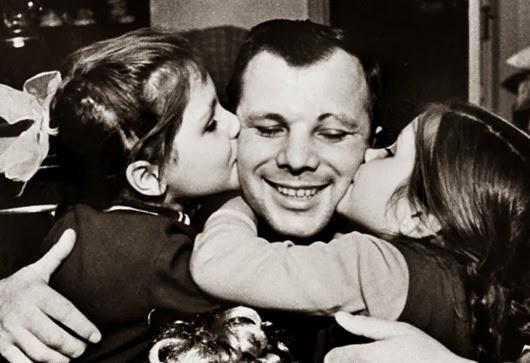Юрий Гагарин вместе с дочерьми.