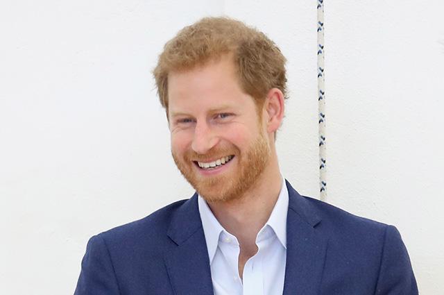 Застукали с поличным: принц Гарри лакомился закусками, пока Меган Маркл участвовала в фотосессии на благотворительном обеде