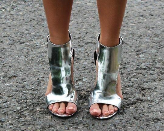 Annette Haga, Норвегия, серебристые босоножки Helene Westbye, www.nettenestea.com