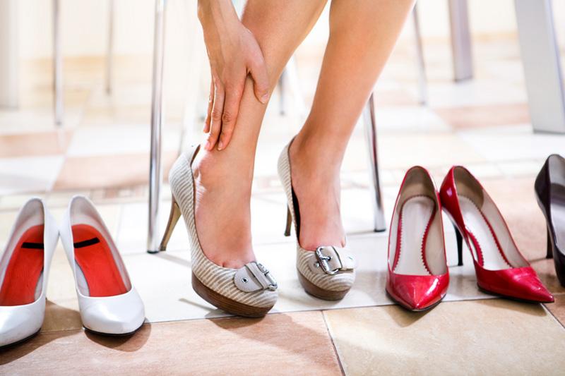 Хитрый прием, который облегчает ходьбу на каблуках
