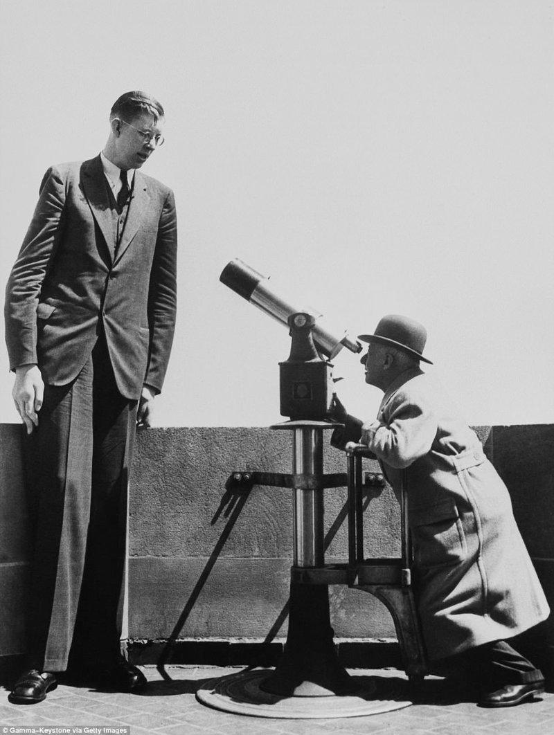 """Шуточный снимок: какой-то мужчина рассматривает """"нежного гиганта"""" в телескоп акромегалия, великан, опухоль, рекорд, рекорд гиннесса, рекордсмен Гинесса, самый высокий, самый высокий человек"""