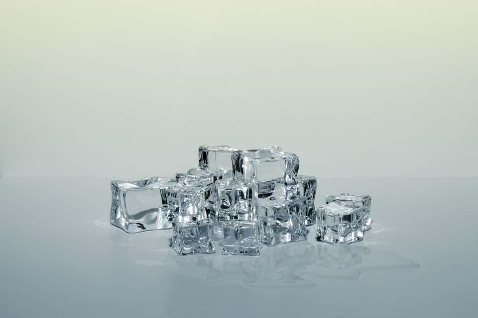 Косметологи пояснили, зачем протирать лицо кубиком льда
