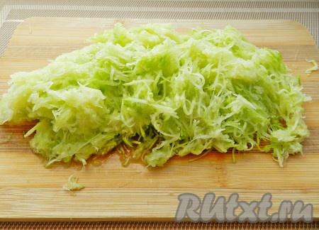 Третью часть кабачков натереть на терке. Зимой можно будет использовать для приготовления кабачковых оладий.