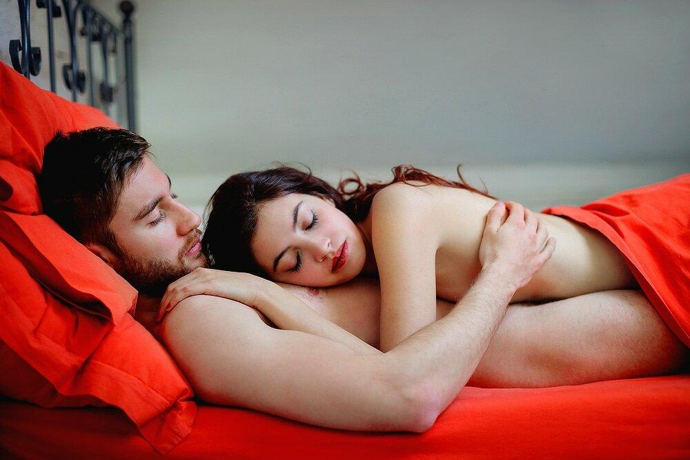 Стащил со спутницы одежду и жестко чпокнул ее в кровати