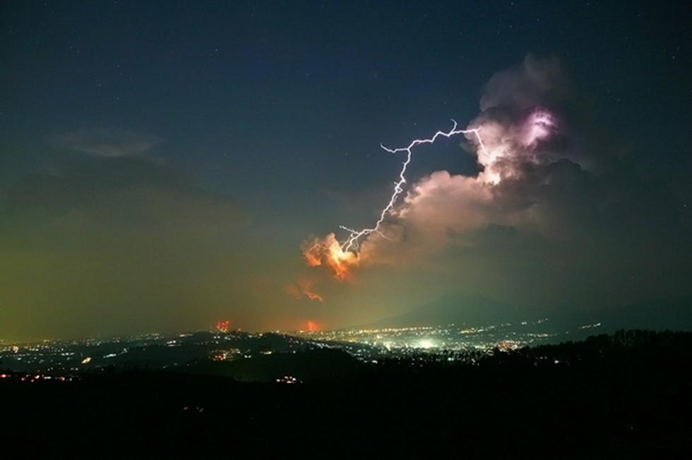 Гроза и молния над городом