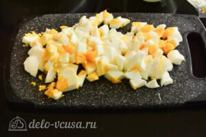 Салат из лапши быстрого приготовления с колбасой: фото к шагу 3